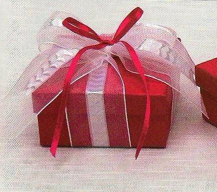 Μπομπονιέρα γάμου κουτάκι πλακέ για ξεχωριστές μπομπονιέρες σε πέντε χρώματα για να επιλέξετε.Η μπομπονιέρα γάμου κουτί στολίζεται με φαρδιά κορδέλα οργαντίνα με ιδιαίτερο πλέξιμο στην μέση μία πρωτότυπη επιλογή κορδέλας για έναν πλούσιο φιόγκο.Το κουτάκι έχει διαστάσεις 9Χ9Χ4 εκατοστά και μορείτε να το επιλέξετε διάφορα χρώματα:Λευκό, εκρού, ροζ, σιέλ, κόκκινο.
