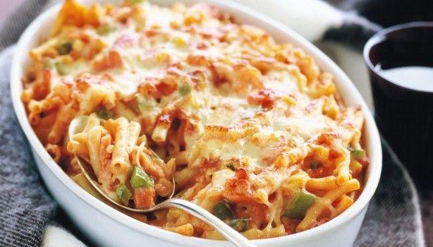 Μια συνταγή για ένα πεντανόστιμο πιάτο. Πένες με καπνιστό χοιρινό, ντομάτα, καλαμπόκι πασπαλισμένο με τυρί γραβιέρα. Ένα πιάτο για το οικογενειακό αλλά και επίσημο τραπέζι σας.  Υλικά συνταγής  400 γρ. πένες  4 κ.σ. ελαιόλαδο  1 μεγάλο ξηρό κρεμμύδι σε
