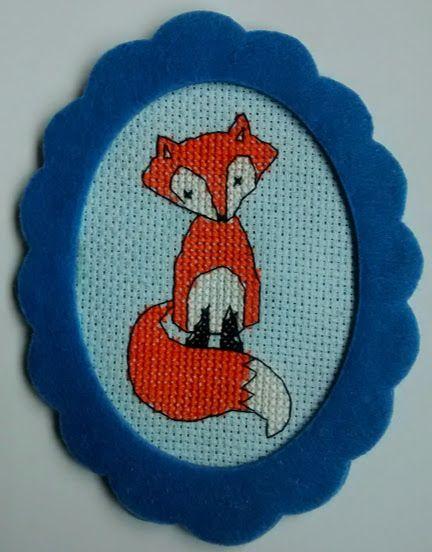 Lisek na prezent - handmade, haft krzyżykowy. Haft na kanwie białej, długość 14 cm, szerokość 10,6 cm, w ramce z niebieskiego filcu (klejona).