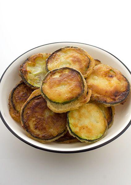 Krokant gefrituurde courgette: Lekker als bijgerecht maar ook als vegetarisch hapje. Je kan indien nodig water of bloem toevoegen.