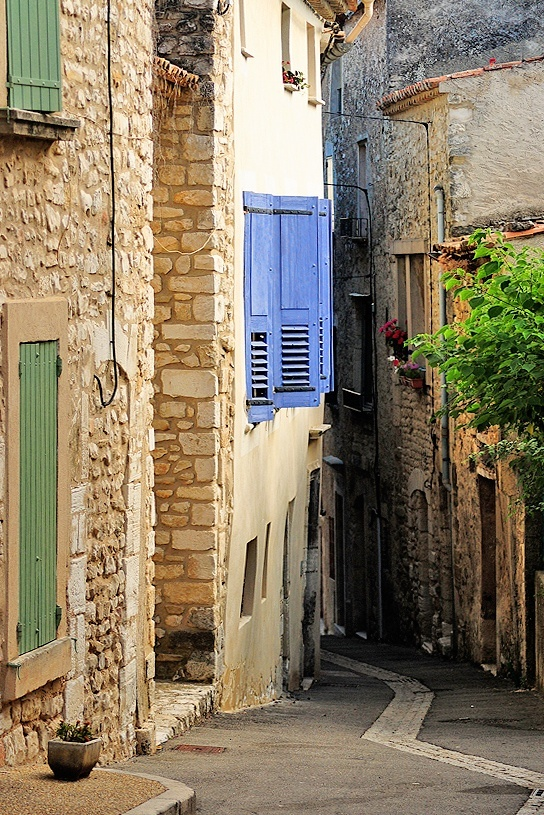 Provence: Provence Alleyways Paths, Blue Shutters, Favorite Places, Beautiful Provence, Amazing Places, French Blue, Provence Alleyway Paths, En Provence, Provence France