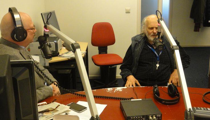 Presentator Frans van Rijnswou (l) in het programma Delft Centraal in gesprek met Hein Andrea.