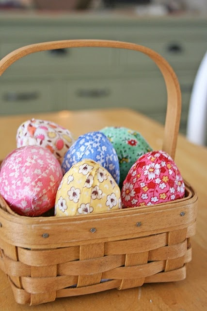 tutorial - 1930s fabric to decorate Easter eggsIris Flower, Holiday, Plastic Eggs, Easter Spr, Covers Eggs, Easter Eggs, Covers Easter, Easter Ideas, Fabrics Covers