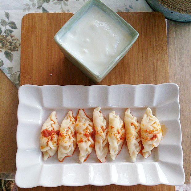 Çerkes Yemekleri - Haluj - Hıngel - Hınkal - Hambal - Hampal   Kendisinin de birden fazla ismi vardır; haluj, hıngel, hınkal, hambal ya da hampal denilir. Patates, kıyma ya da peynirle hazırlanan Çerkes mantısıdır. Ukrayna varenikisine benzer. Üzerine sour cream dökülerek servis edilir.