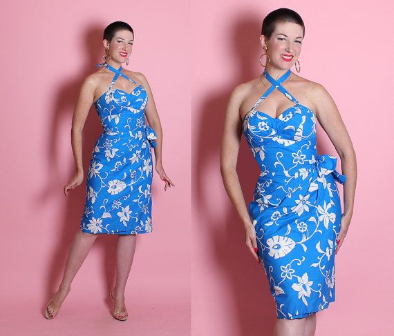 * PLEASE ENLARGE PICTURES *  Aloha wahine! Its a gorgeous 2 toned vibrant electric sky blue and crisp white exotic floral print 1950s Hawaiian