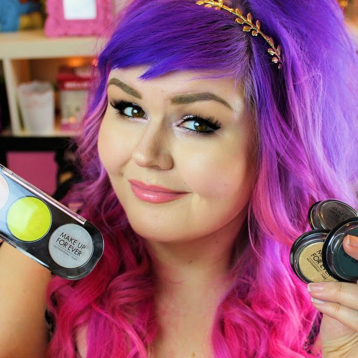Love color? Shannon M. shows us how to use MAKE UP FOR EVER'S highly pigmented Artist Shadows. Click the pic to get to play the video.