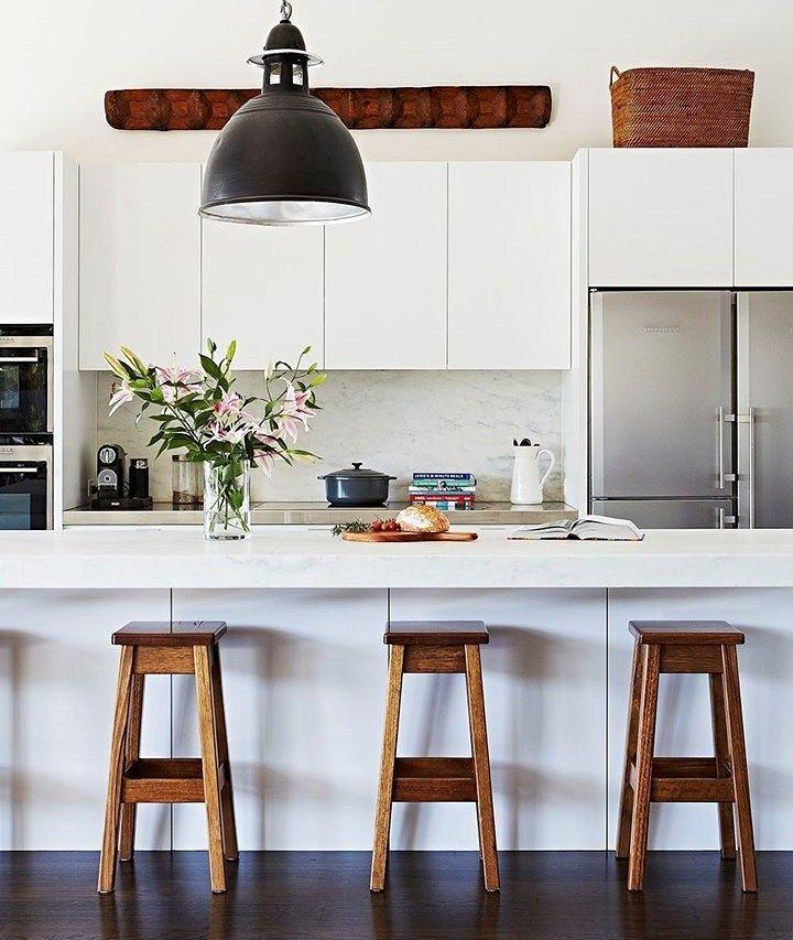 A sexta-feira pede um café da manhã reforçado em uma cozinha bem aconchegante e clean. Vai um pãozinho aí?  . . Produtos similares: - Banqueta Arara em Madeira de Demolição - REF 461; - Pendente Aço 36cm 1x27 Preto Bella.  #inspiracao #moblybr #mobly #larmoblylar #lardocemobly #moblydoseujeito #tendenciadecoração #home #inspiration #decor #decoration #homedecor #casa #decoracao #homedecoration #casanova #instahome #homestyle #lardocelar #homesweethome #meuape #novamobly #newmobly