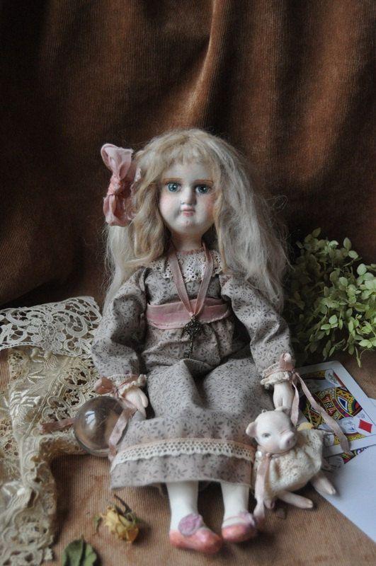 Alice es una muñeca tierna y misteriosa estilo antiguo unos 35cm de altura. Su cabeza, manos y pies son sculptered de ladoll, su cuerpo es de tela. Ella tiene un precioso vestido desmontable de algodón envejecido y rizos de mohair suave largo. Ella es movible y puede sentarse con ayuda. Alicia tiene un compañero pequeño - un divertido cerdito de ladoll.  La cara de Alicia es una copia de la cara de una muñeca alemana antigua, fue terminado y pintado por mí.  Alicia no es un juguete sino un…