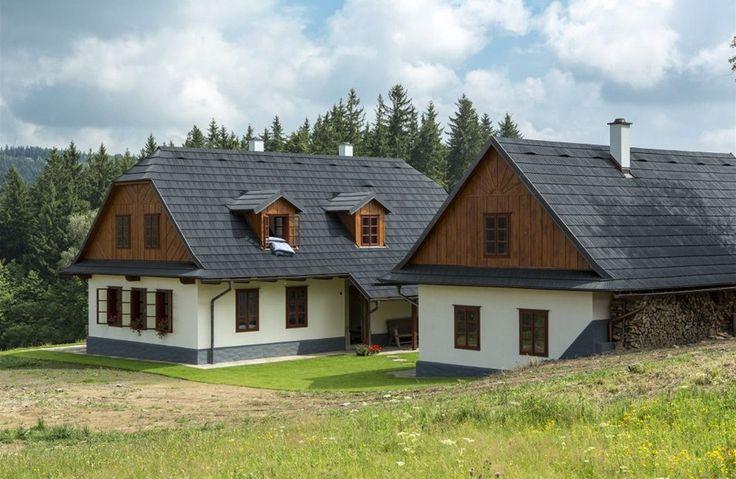 Střechu kryjí šindele, jejichž žíhání evokuje dřevěné předchůdce. Jde však o speciální plast.