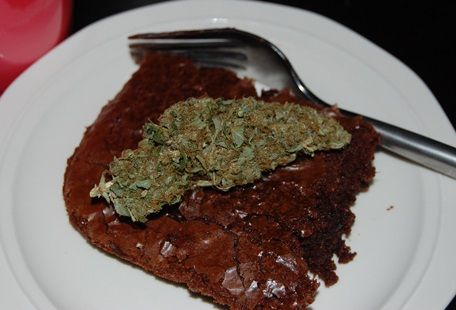 This step by step photo guide/recipe will show you how you can easily make weed brownies. This recipe will serve 3-9 people (depending on quality). Enjoy!