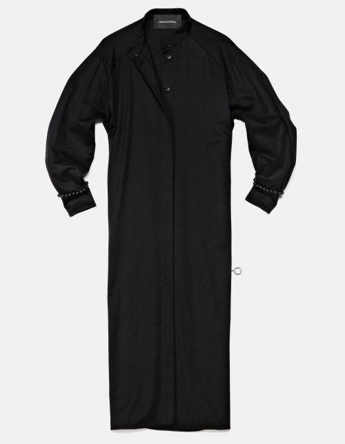 East jest inspirowana pierwotną ludowością, surową elegancją dawnych strojów, kunsztem wykończeń i ich symboliką.Kolekcja to perwersyjnie surowe golfy, wysokie stójki i mankiety, dopasowane, podkreślające sylwetkę doły. Sportowe kurtki, koszule i sukienki z wyraźnie zaznaczoną linią ramion, płaszcze krojem nawiązujące do starodawnych żupanów. Dominująca czerń, surowy jeans uwypuklają charakter kolekcji, jej mocną linię. East jest hołdem dla wysublimowanej, eufemicznej kobiecości…