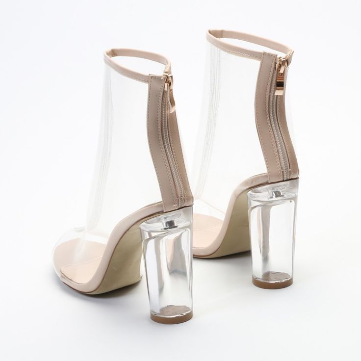 Outre le nom ridicule de mon article, je développe une attirance indéniable depuis quelque temps pour les bottinestransparentes ou à talons transparents. Récemment, Dior a sorti des bottes géniale…