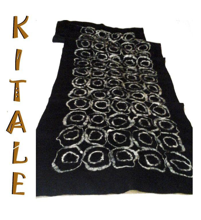 Echarpe negro realizado en fieltro nuno, con aplicaciones de color blanco de lana con seda.