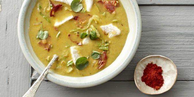 """Das Bild zeigt unser Rezept """"Spitzkohlsuppe mit Kabeljau & Chorizo""""."""