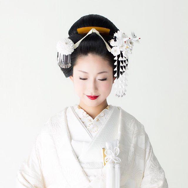 100投稿目! 記念すべき、ということで 純白の花嫁を。 白無垢に白のかんざし、黒髪、赤い口紅。 日本のハレの色。 ですが、これまでになかった花嫁スタイルです。…