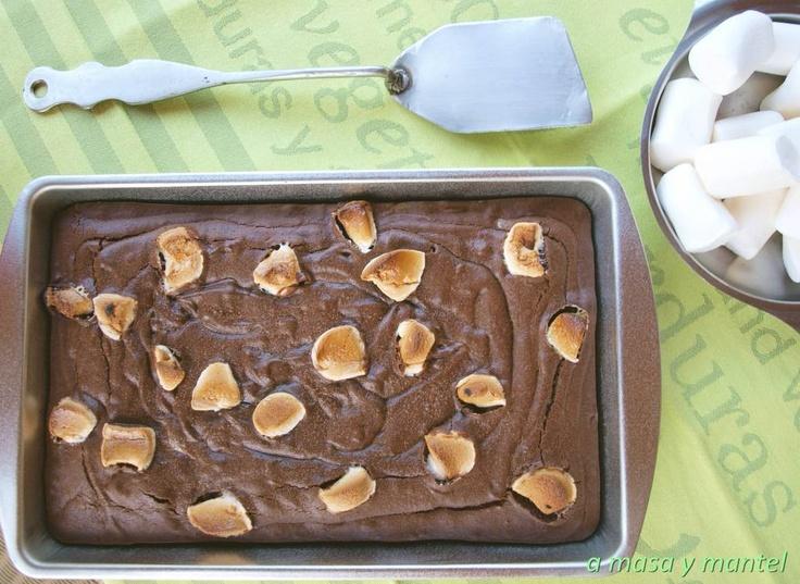 Brownie con trozos de chocolate blanco y nubes