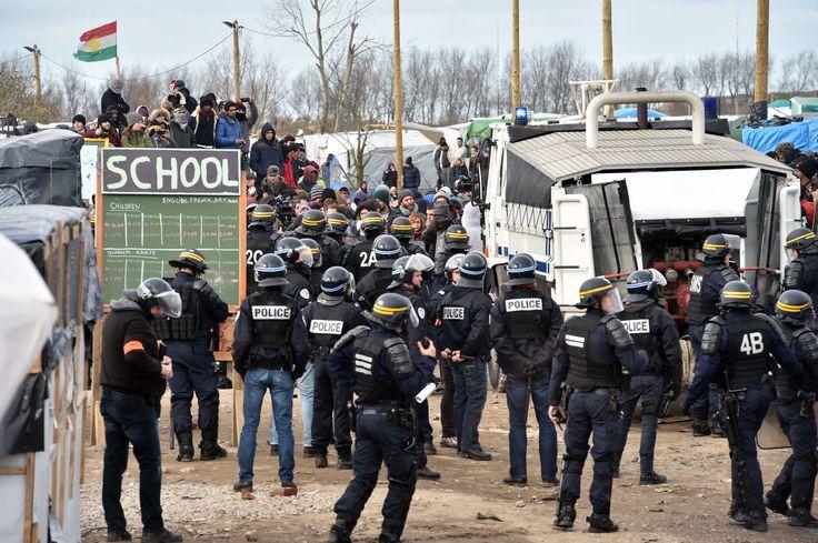 """Calais, France - Le déploiement dissuasif des forces de l'ordre visait « à sécuriser le travail de l'entreprise » chargée du déblaiement, mais aussi à « permettre aux maraudeurs de travailler sereinement », pour « que les migrants ne soient pas sous le joug des activités de No Border », a expliqué à l'Agence France-Presse Fabienne Buccio, la préfète du Pas-de-Calais, présente sur les lieux. """"No Border"""" est un groupe d'activistes qui aiment la bagarre et semer la discorde avec la police."""