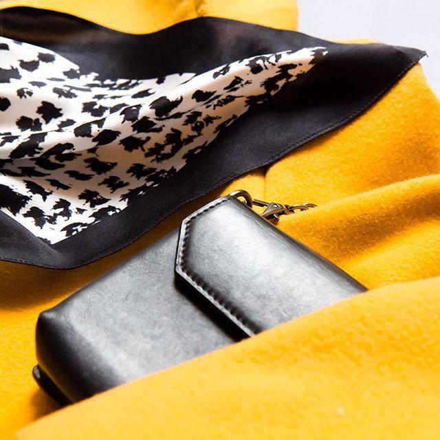 silk scarves / accessory / шелковый платок / fashion / style / аксессуары / стиль / черно-белое / yellow / coat /