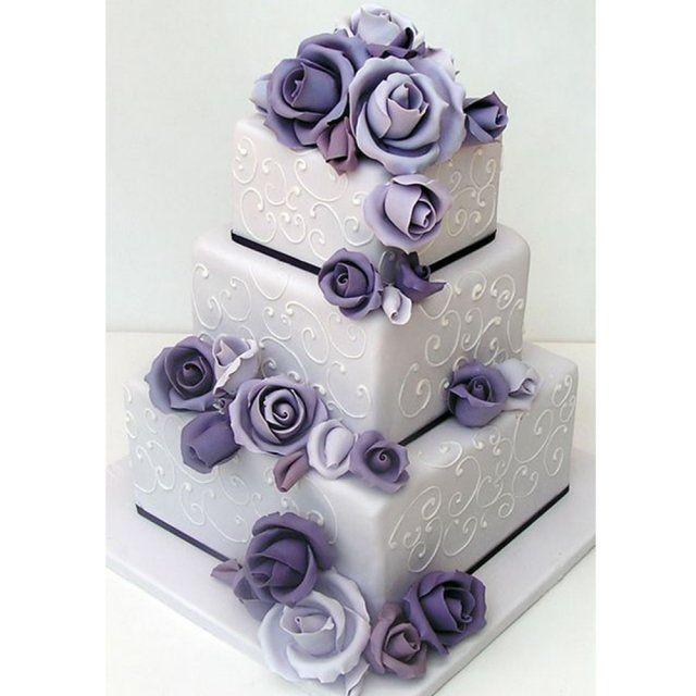 Gâteau de mariage a étages carrés violet