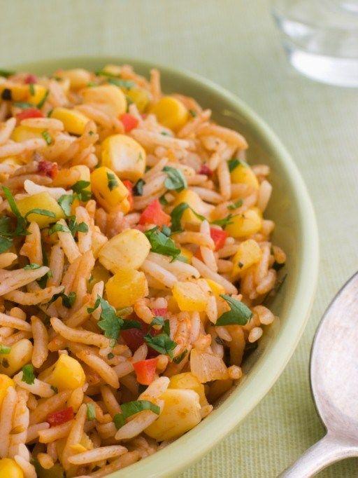 Сварите рис в кипящей воде до готовности. Слейте и промойте под холодной водой.