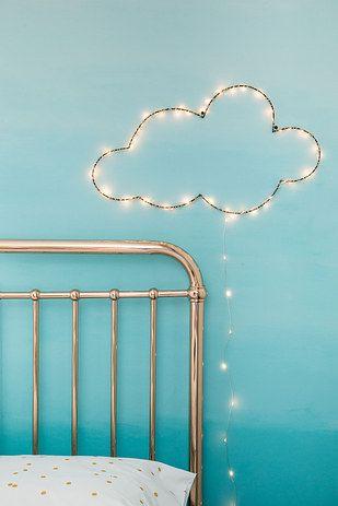 ¿Qué tal si pintas una pared de azul y colocas del lado de la cama una nubecita hecha con luces? | 16 Ideas geniales para decorar una pared en tu habitación