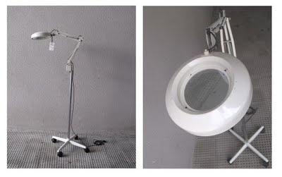 Lámpara de médico años 70 y luz de descarga. Porta una lupa en la óptica.
