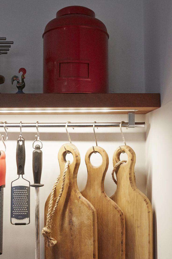 Detail van de keuken, plank met licht. Perfect om het werkblad te verlichten.