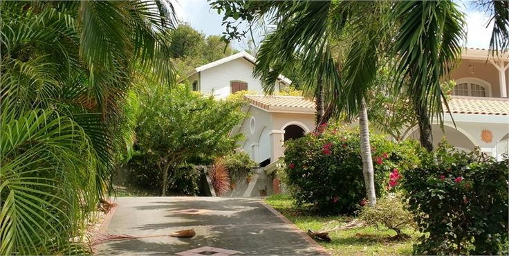 A vendre chez Capifrance à Le Robert, sublime villa d'architecte.     > 250 m², 5 pièces dont 4 chambres et un terrain de 1496 m².    Plus d'infos > Claudine Qualla, conseillère immobilière Capifrance.