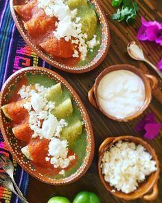 Flautas de tortillas de maíz rellenas con queso fresco, bañadas en salsa de puré de tomate, acompañadas con lechuga, aguacate y rabanitos, y espolvoreadas con queso fresco desmoronado con un toque de cebolla y orégano.