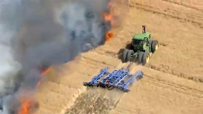 Un fermier fait un coupe-feu avec son tracteur contre l'incendie de son champ - http://www.2tout2rien.fr/un-fermier-fait-un-coupe-feu-avec-son-tracteur-contre-lincendie-de-son-champ/
