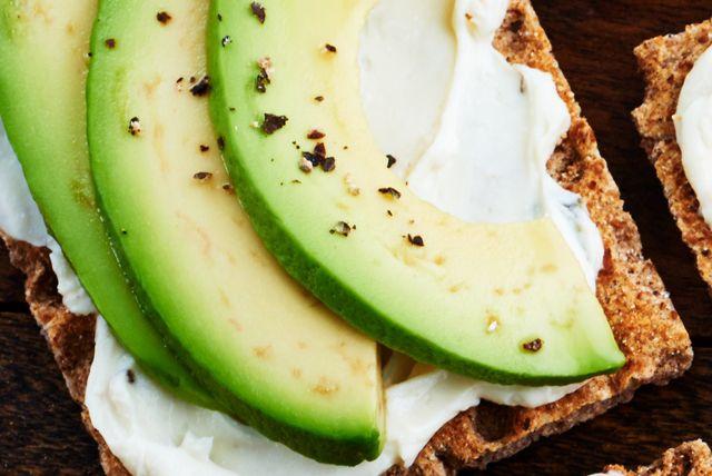 Vous cherchez une collation éclair? Ce régal à trois ingrédients se prépare en quelques minutes à peine! De plus, la touche piquante du fromage à la crème au jalapeno se marie parfaitement à la saveur de l'avocat crémeux.