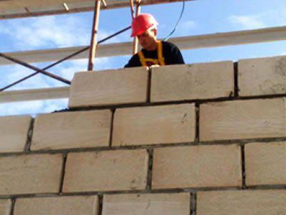 Os Blocos de Concreto Celular Autoclavado (BCCA) são produzidos a partir de uma mistura de cimento, cal, areia, água e e agentes expansores (pó de alumínio).Construpor