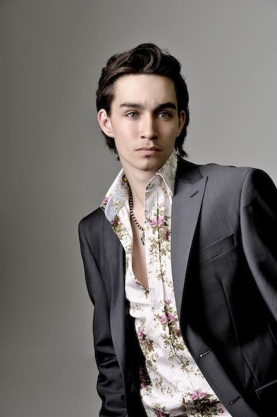 Robert Sheehan new picts!