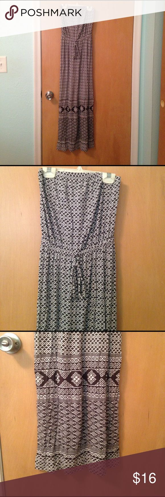 Old Navy strapless maxi dress, XS petite Old Navy maxi dress, strapless with elastic at top and at waist , tie at waist. Lightweight jersey fabric. Black and white geometric design. Straight skirt, no side slit. XS petite. Old Navy Dresses Maxi