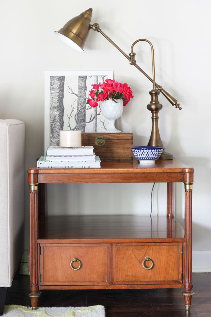 Loving this gorgeous Mid-Century table paired with modern decor in this pretty vignette!