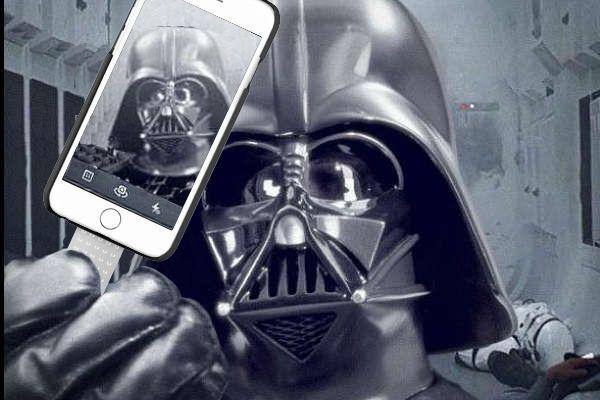 """Ayer se presentó en San Diego un avance de la VII película de la saga """"Star Wars"""", que llega con los últimos avances, también en telefonía.  The 7th film of Star Wars was presented yesterday in San Diego. As you can see it comes with the latest advances in mobile telephony ;)  www.popsicase.com"""