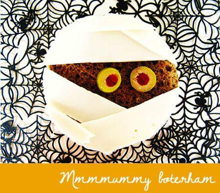 Op 31 oktober is het Halloween. Brrrr, dat wordt weer griezelen! Met brood, plakjes kaas en een olijf maak je een boterham waar je haren rechtop van gaan staan.  Boe!  Boodschappenlijstje:  Donkerbruin brood  plakken geitenkaas  olijven met piment  boter  Zo maak je de... #knutselenhalloween  www.moodkids.nl/knutselen-herfst