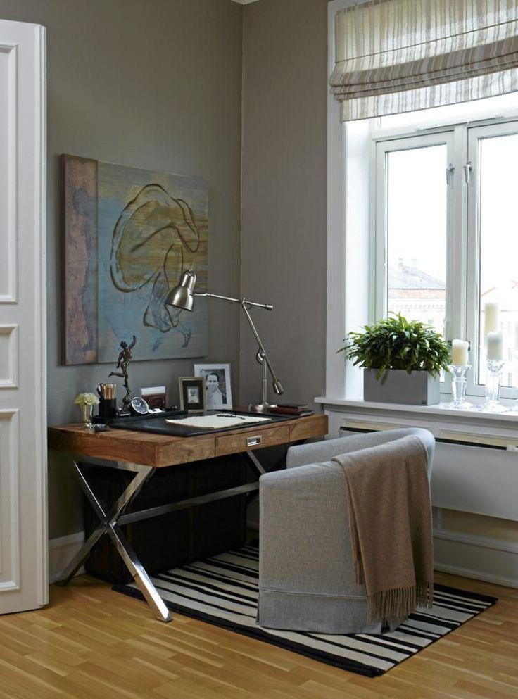 """Bildet med tittelen """"Sorgen bærer gleden i seg"""" er malt av beboeren selv. Skrivebordet er fra Kare Design, og Ikea-stolen er trukket i eget stoff. Bordlampen er fra Christian"""
