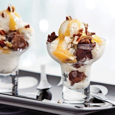 Coupes glacées aux mini-brownies et caramel à la fleur de sel - Recettes - Cuisine et nutrition - Pratico Pratiques