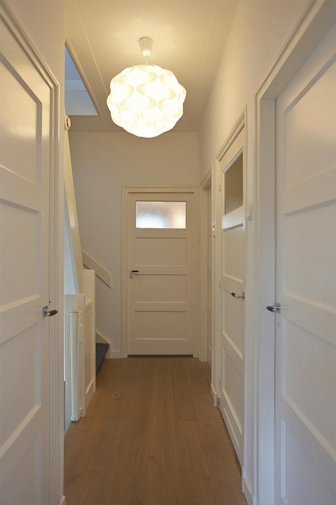 Hier zie je deuren, deurposten en muren in de zelfde kleur geverfd. Dimago New Traditionals White Linen. www.biggelaarverfenwand.nl