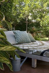 How to make an outdoor bed...so doing this for the porch!