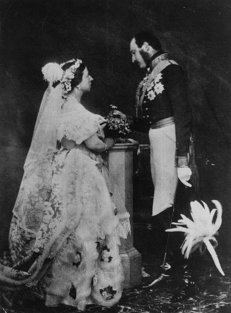 """Noiva com Classe: Casamentos Famosos I Quando a Rainha Vitória casou-se com o príncipe Albert ainda não existia a fotografia. Eles usaram as roupas do casamento e fizeram um """"ensaio fotográfico"""" do casamento quatorze anos depois, quando já haviam fotógrafos. Realmente eles se amavam pois fizeram questão de ter fotos do casamento, mesmo que depois de alguns anos."""