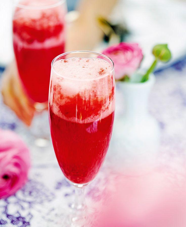 Hallonbellini med mousserande vin och hallonpuré. Ett tips är att göra dubbel sats av hallonpurén!