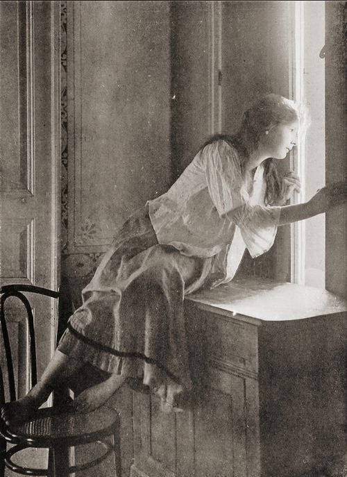 """Miss Curiosity"" photo by Edmund Osterloff, Warsaw, 1908"