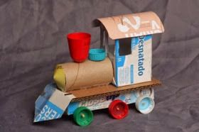 Trenecito hecho de cartón y tapitas de botella