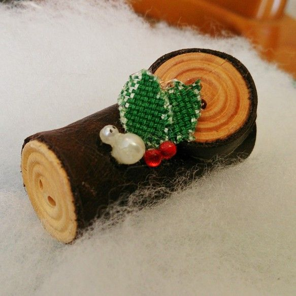 可愛くて人気のクリスマスケーキが、ミニサイズのブローチに変身☆彡柊の飾りの隣には、ゆきだるまクンが… 。   *  。  *   。 。  。*... ハンドメイド、手作り、手仕事品の通販・販売・購入ならCreema。