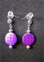 Även här ett lila par fast med en enkel och mindre pärla.     Här finns ett roligt mönster i en lite glittrig metallicfinish.  Det är inte helt uppenbart vid första anblick men när ljuset ligger rätt glittrar ytan på pärlorna snyggt.