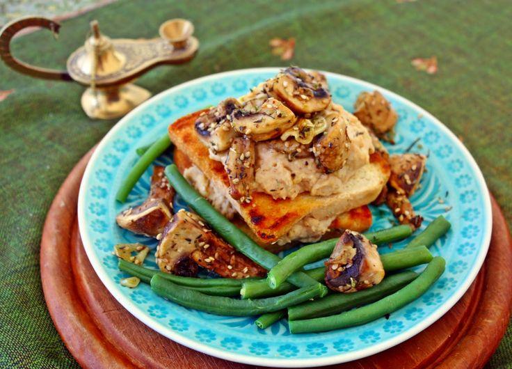 Weißes Bohnen Hummus und Za´atar Pilze auf Toast