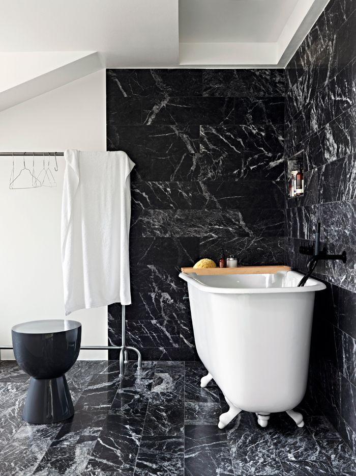 Johan Svenson Badrum-svart-marmor-badkar-foto-idha-lindhag