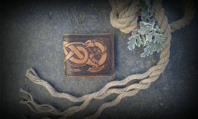 Компактный кошелёк с кельтским орнаментом.